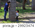 ライフスタイル かくれんぼをして遊ぶ親子 29923474