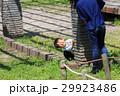 ライフスタイル かくれんぼをして遊ぶ親子 29923486