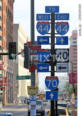 アメリカの道路標識 一本の柱に道路案内標識がいっぱい 29939484