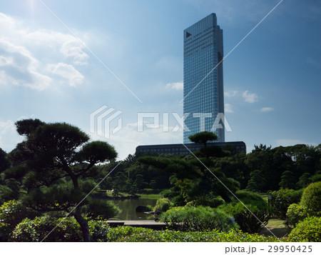 日本庭園と高層ビル 29950425