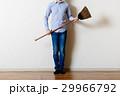 部屋の掃除をするアジア人男性 29966792