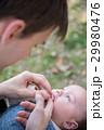 赤ちゃん 子育て 人物の写真 29980476