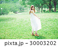 夏の若い女性イメージ 30003202