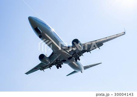 着陸する飛行機 30004143