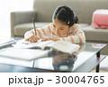 女の子 勉強 子供の写真 30004765