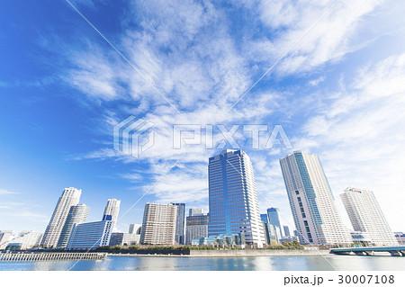 川沿いのタワーマンション群と青空 30007108
