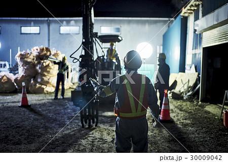 建設現場 夜間 誘導 作業員 30009042