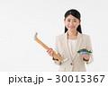 手摺と住宅模型を持つ女性 30015367