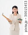 手摺と住宅模型を持つ女性 30015453