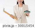手摺と住宅模型を持つ女性 30015454