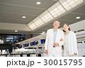 シニアの夫婦(空港) 30015795