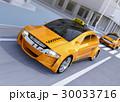 交差点を通過している黄色のタクシーのイメージ 30033716