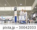 シニアの夫婦(空港) 30042033