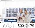シニアの夫婦(空港) 30042479