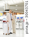 シニアの夫婦(空港) 30043701