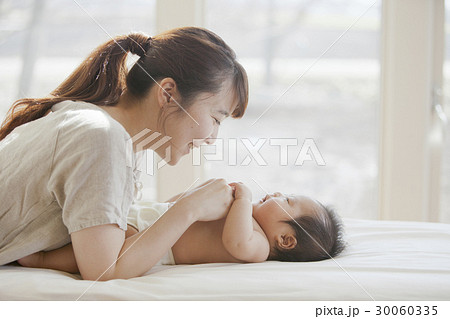 乳幼児と母親 30060335