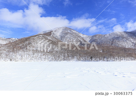 冬の赤城山と氷結した大沼 群馬県前橋市 30063375