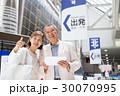 シニアの夫婦(空港-タブレット) 30070995