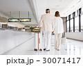 シニアの夫婦(空港) 30071417