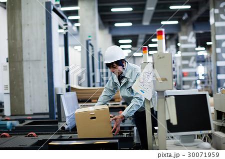 工場 働く人 30071959