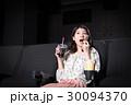 若い女性(映画館) 30094370