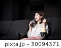 若い女性(映画館) 30094371