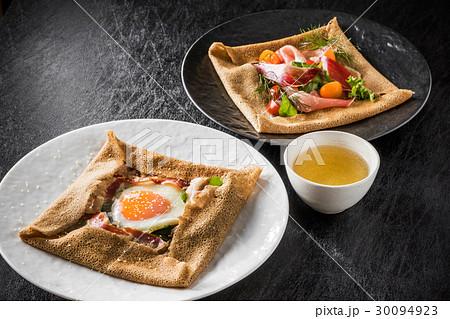そば粉のクレープ ガレット  galette French food 30094923