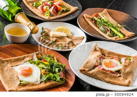 そば粉のクレープ ガレット  galette French food 30094924