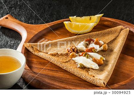 そば粉のクレープ ガレット  galette French food 30094925