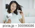 若い女性 ドライヤー 30096686