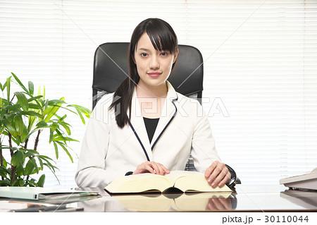 オフィスで調べ物をする女性 30110044