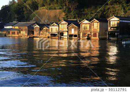 12月 夜明けの伊根舟屋 -漁村の伝統的家並み- 30112791