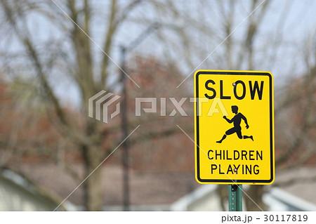 アメリカの道路標識、徐行子供に注意。 子供が飛び出している絵がわかりやすい。  30117819