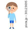男の子 虫眼鏡を覗く 30123695