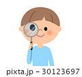 男の子 虫眼鏡を覗く 30123697