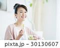 女性 若い 食事の写真 30130607