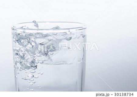 水 ミネラル ウォーター 水道水 素材の写真素材 [30138734] - PIXTA