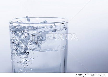 水 ミネラル ウォーター 水道水 素材の写真素材 [30138735] - PIXTA