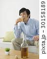 自宅でウイスキー(ブランデー)を飲むミドル男性 30158189