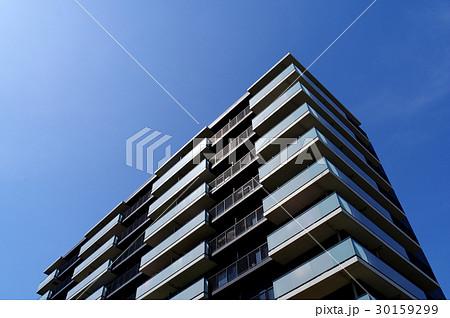 青空と日の当たるマンション 30159299