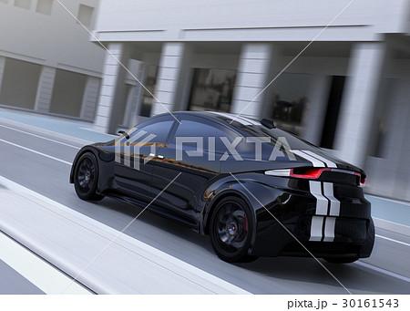 交差点に差し掛かる猛スピードで走行する黒いスポーツカー 30161543
