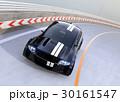 高速道路に走っているレーシングストライプの入った黒いスポーツカー 30161547
