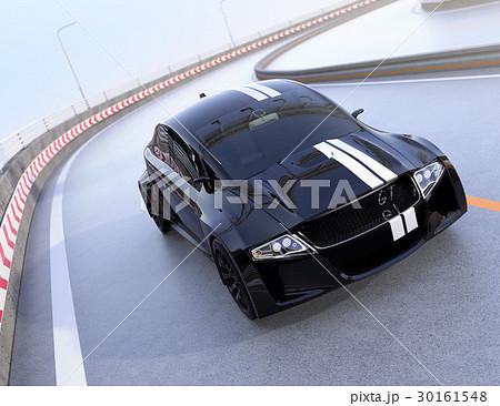 高速道路に走っているレーシングストライプの入った黒いスポーツカー 30161548