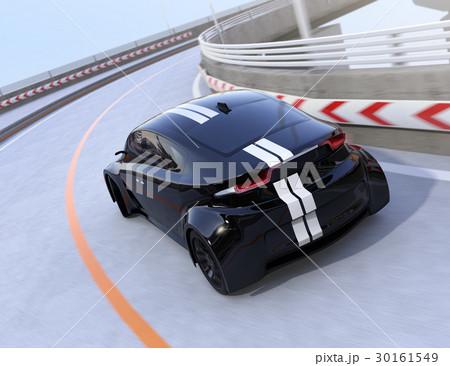 高速道路に走っているレーシングストライプの入った黒いスポーツカー 30161549
