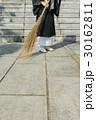 住職 お坊さん ほうきの写真 30162811