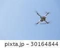飛行するドローン 30164844