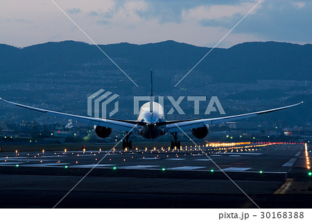 大阪空港 夜の到着便 B787 30168388