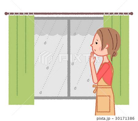 窓越しに外の雨を眺める女性 30171386