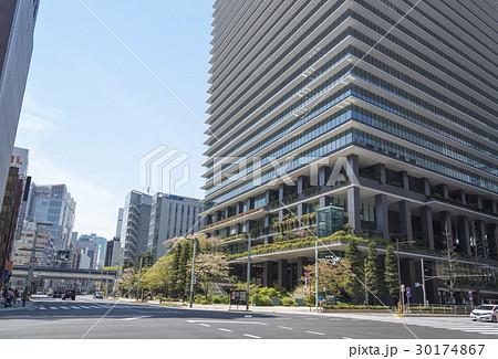 中央通りと鍛冶橋通りが交わる京橋交差点(東京都中央区) 30174867