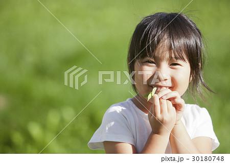 四つ葉のクローバーを探す女の子 30180748